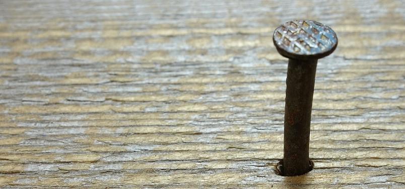 Como bater um prego sem rachar a madeira